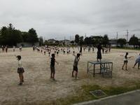 運動委員会の児童を中心に準備運動です