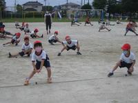 準備運動のやり方を覚える1年生