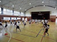 ボール投げのフォームを練習する1年生