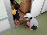 教室の扉のレールもきれいにします