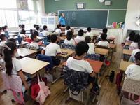 教室で放送によるお話を聞く子供たち